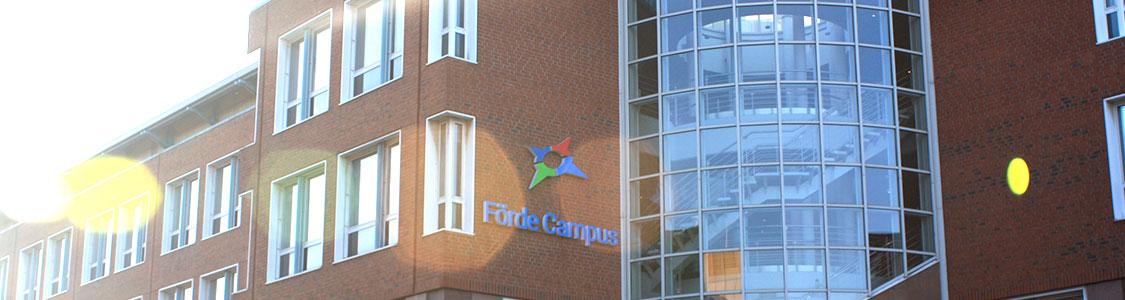 Förde Campus Kiel | Anfahrt zum Hauptgebäude | Ansicht Haupteingang | Weiterbildung Schleswig-Holstein