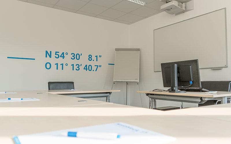 Raum mieten Kiel | Konferenzbestuhlung U-Form | Raumvermietung für Meetings, Seminare, Schulungen, Fortbildungen, Weiterbildungen mit Whiteboard, Technik, Beamer, Installationsservice | Förde Campus